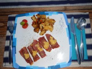 Bresaola gefüllt mit Kürbis und Erdäpfelrösti mit Karotten